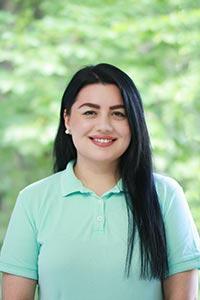 Profilfoto von schwarzhaariger Zahnarzthelferin, die lächelt